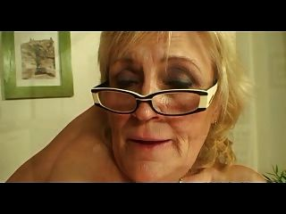 ساغي titted الجدة في النظارات وجوارب الملاعين أكثر
