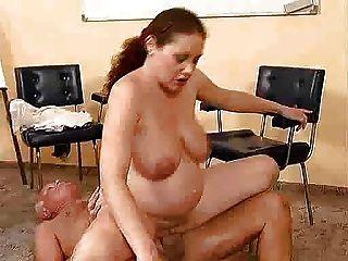 الرجل البالغ من العمر الملاعين فتاة حامل