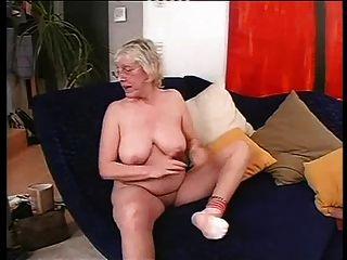 الجدة في النظارات يحب أن يمارس الجنس