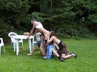 الثلاثي المخنثين سرج في الحديقة مع ترانزيستور