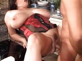 كبير الثدي في المطبخ