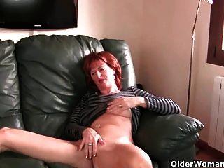 تلعب أمي الناضجة أحمر الشعر مع ثديها وجمل