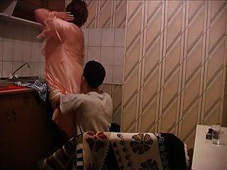 النساء المسنات مارس الجنس في المطبخ من قبل الشاب