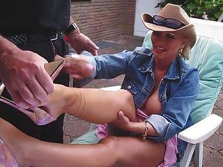 HANDJOB وشاعر على ساقيها nacked مع الكعب العالي لطيفة
