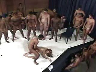 امرأة برازيلية و 100 رجل