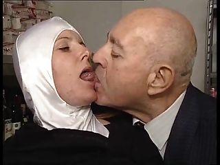 شقيقة dumcunt مارس الجنس في متجر باكي التي كتبها الرجل العجوز القذر