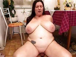الأعمام السمين زوجة قرنية مارس الجنس في المطبخ