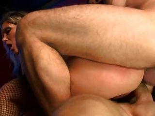 الساخن ناضجة الملاعين اثنين من الرجال بشكل جيد جدا (VM)