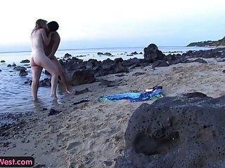 الديك الجياع الهواة بلوندي مارس الجنس على الشاطئ