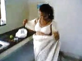 زوجة هندية في المطبخ