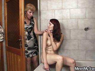 الديه بانج لها في الحمام
