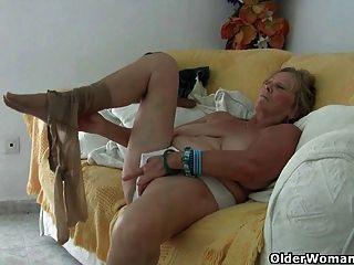 الجدة مع كبير الثدي استمنى ويحصل على إصبع مارس الجنس