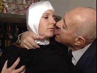 راهبة ورجل يبلغ من العمر القذرة ينة