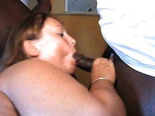 فرخ كبير يحب الديك الأسود