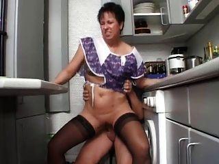 أمي مثير N108 امرأة سمراء الألمانية ناضجة في المطبخ