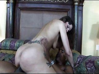 امرأة سمراء مع الوشم مثير ممارسة الجنس بين الأعراق