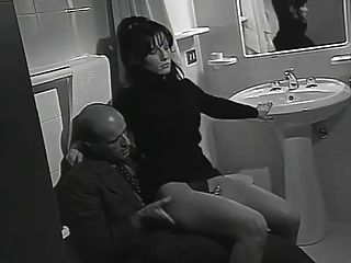 ابتزاز لإرضاء له بينما فرنك بلجيكي لها ينتظر المجاور