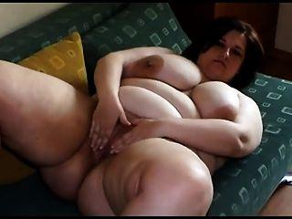 امرأة شابة الدهون مع كبير الثدي تجريد واللعب