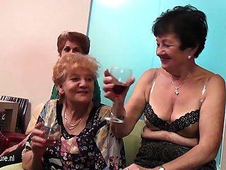 مثليات القديمة والشابة أداء في غرفة مليئة ناضجة