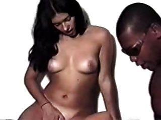 امرأة سمراء وفتاة شقراء مع الرجل الأسود الأعراق البرازيلي