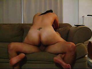 الساخنة اللاتينية امرأة سمراء الهواة يعطي مطية جيدة على الأريكة