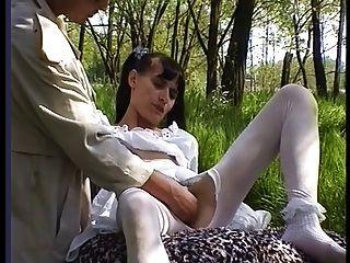 تحصل مارس الجنس فتاة شعر في جوارب خارج