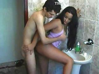 لاتينا مارس الجنس في الحمام قبل الذهاب إلى العمل