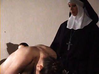 فتاة يضرب بشدة من راهبة