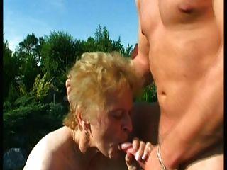 الجدة خارج