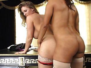 2 النساء الساخنة مع قضيب جلدي في جوارب