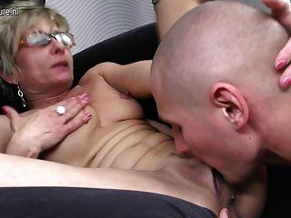 تحصل مارس الجنس أمي ناضجة القديمة toyboy لها