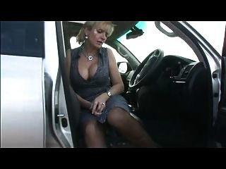 مفلس في جوارب في السيارة