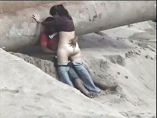 زوجان لاتيني القبض على الشاطئ