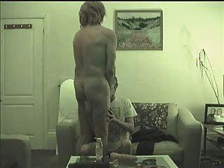شيء واحد يؤدي إلى عاهرة الشارع ترانزيستور آخر يحصل امتص، مارس الجنس، القبضة والحلمة للتعذيب