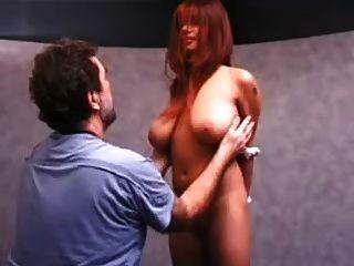 فتاة مع كبير الثدي الحصول على صفع حلمة الثدي