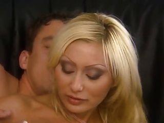 مارس الجنس شقراء الأم الايطالية بشكل جيد في الحمار
