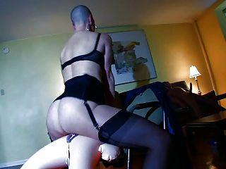 الرقيق أصلع ممارسة الجنس غريب مع sexdolls