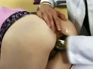 السوبر الكلبة مثير مارس الجنس والإطباق في قبضة من قبل الطبيب