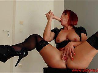 أحمر الشعر الساخن سيدة صنم يستمني مع دسار كبيرة