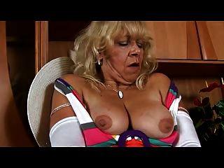 الجدة في جوارب بيضاء يلعب مع كس
