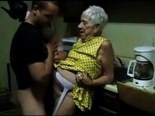 تحصل مارس الجنس الجدة القديمة شابا
