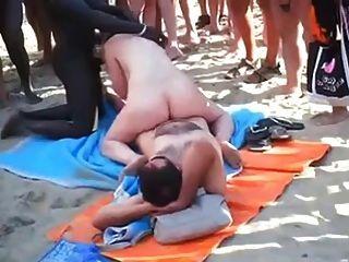 المتلصص الجنس الجماعي الشاطئ على الشاطئ أمام الجميع.