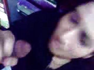 فتاة عربية من البحرين مص الديك وتبين الثدي في متجر