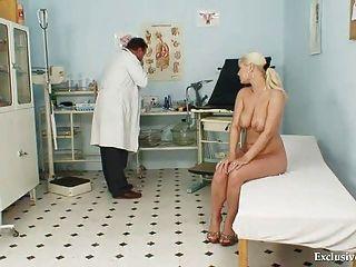 اليكسا مفلس gyno جريء الامتحان والثدي عبودية في عيادة غريب