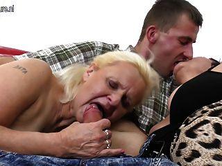 اثنين من الجدات تتمتع الديك في الثلاثي