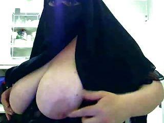 الحجاب امرأة تبين لها كبير الثدي