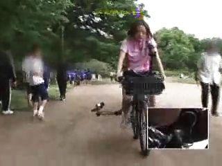 تلميذة يابانية يستمني على دراجة معدلة