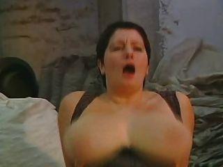 أمي لطيفة ولها الثدي ضخمة ضخمة