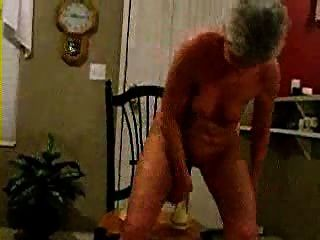 سيدة القديمة اللعب مع 2 اللعب