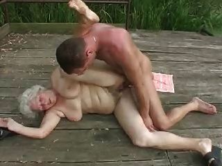 الجدة مع pornapocalypse guy.by الشباب